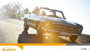 Sur la route en Mercedes-Benz SL classique