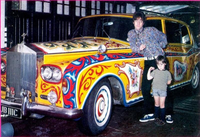 John Lennon prend la pose près de sa Phantom V