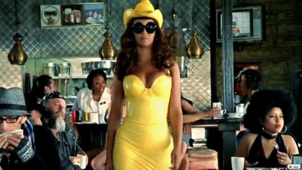 """Une création d'Atsuko Kudo portée par Beyoncé dans le clip du titre """"Telephone"""" de Lady Gaga"""