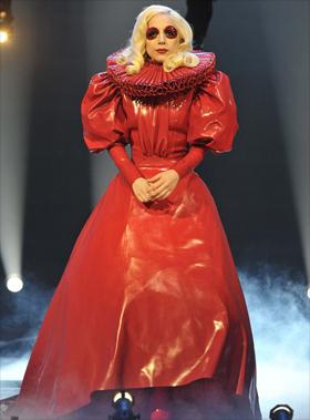 Une création d'Atsuko Kudo portée par Lady Gaga lors de sa rencontre avec la Reine d'Angleterre