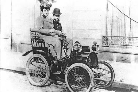 La Duchesse d'Uzès à bord de son automobile