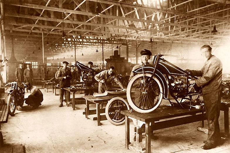 Fabrication de R32 dans une usine BMW (1923)